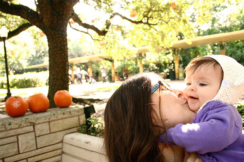 Momma_leo_kisses